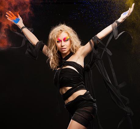 INTERVIEW : HRISTA, une chanteuse qui nous emmène dans sa dimension colorée